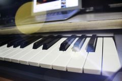 Macro de um teclado profissional do DJ em um estúdio da música fotografia de stock