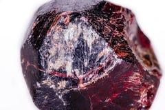Macro de uma pedra mineral da grandada em um fundo branco Fotografia de Stock Royalty Free