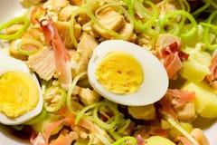 Macro de uma salada de frango em um prato de porcelana branco fotos de stock