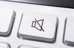 Macro de un botón enmudecedor blanco del volumen de un blanco teledirigido para un sistema audio estéreo de alta fidelidad fotografía de archivo libre de regalías