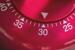 Macro de un contador de tiempo del huevo de la cocina - 30 minutos Imagen de archivo