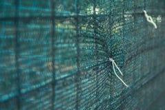 Macro de una cerca de seguridad atada con alambre en un emplazamiento de la obra Imagen de archivo libre de regalías