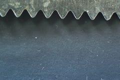 Macro de una cuchilla de un cuchillo de cocina en verde Foto de archivo libre de regalías