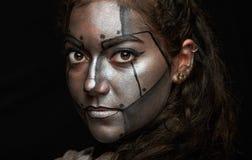 Macro de visage de femme avec le masque en métal photo stock