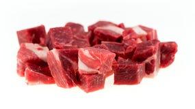 Macro dei bei pezzi tagliati della carne cruda del montone e dell'agnello isolata su bianco Immagine Stock