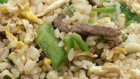 Macro del arroz frito en la tabla almacen de video
