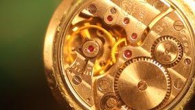 Macro del meccanismo dell'orologio con le ruote dentate dell'oro archivi video