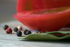 Macro del pomodoro con pepe fotografia stock