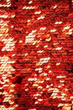 Macro del primer de las lentejuelas Fondo abstracto con las lentejuelas rojas Escalas de la textura de lentejuelas redondas fotos de archivo