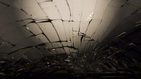 Macro del primer del vidrio oscuro quebrado Los elementos del smartphone, pantalla, soplo de martillo, cayeron smartphone fotos de archivo libres de regalías