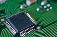 Macro del PWB electrónico de la placa de circuito en verde Fotos de archivo libres de regalías