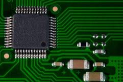 Macro del PWB elettronico del circuito nel verde immagine stock