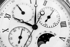Macro del viejo blanco del negro del reloj imagenes de archivo