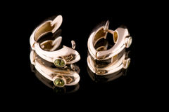 Macro dell'anello di orecchio sul nero fotografie stock