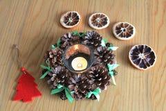 Macro della decorazione di natale con i coni e le arance asciutte sulla tavola di legno Immagine Stock Libera da Diritti
