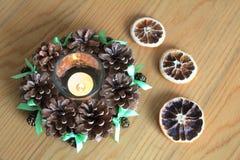 Macro della decorazione di natale con i coni e le arance asciutte sulla tavola di legno Fotografie Stock Libere da Diritti