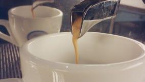 Macro della macchina del caffè che prepara la tazza del caffè espresso archivi video