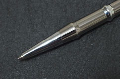 Macro della punta d'argento della penna su priorità bassa nera Immagini Stock Libere da Diritti
