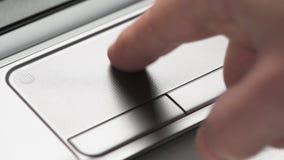 Macro delle dita facendo uso del touchpad del computer portatile Concetto di istruzione e di affari video d archivio