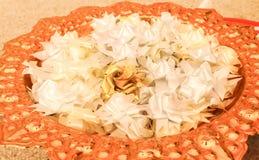 Macro des fleurs blanches de ruban de fleurs d'aumône image libre de droits