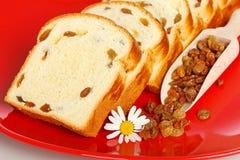 Macro des tranches douces de pain avec des raisins secs Image stock