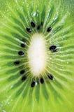 Macro detallada de Kiwi Fruit Cut Cross Section, primer vertical detallado grande del modelo del fondo Imágenes de archivo libres de regalías