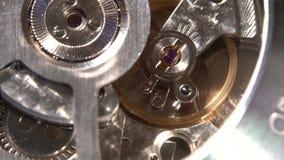 Macro dettagliato - movimento del meccanismo dell'orologio, primo piano, soltanto contatto mobile a fuoco stock footage