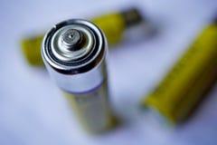 Macro dettaglio delle batterie gialle isolate come simbolo di energia e di potere accumulati del portatile Fotografia Stock Libera da Diritti