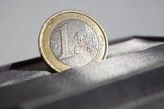 Macro dettaglio di euro moneta dell'oro e dell'argento disposta nel contenitore di regalo lussuoso grigio dei gioielli Fotografie Stock Libere da Diritti