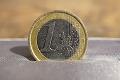 Macro dettaglio di euro moneta dell'oro e dell'argento disposta nel contenitore di regalo lussuoso grigio dei gioielli Fotografia Stock Libera da Diritti
