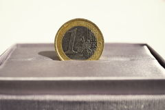 Macro dettaglio di euro moneta dell'oro e dell'argento disposta nel contenitore di regalo lussuoso grigio dei gioielli Immagini Stock