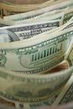 Macro dettaglio di una banconota di cento dollari in una fila con molte altre banconote Fotografia Stock
