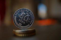 Macro dettaglio di una moneta del metallo & di un x28 croati; 50 Lipa che sono una metà di un Kune& x29; sulla cima della colonna Fotografia Stock
