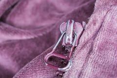 Macro di Front Of una chiusura lampo utilizzata porpora Fotografia Stock Libera da Diritti