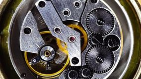 Macro di lavoro del meccanismo d'annata dell'orologio stock footage