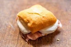 Macro di piccolo panino con il prosciutto e la mozzarella Fotografie Stock