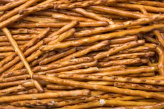 Macro di un Cigarillo sopra un accendino verde isolato su fondo bianco Fotografie Stock Libere da Diritti