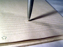 Macro di una penna su documento fotografia stock