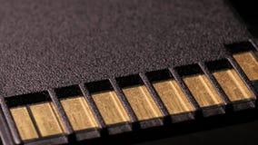 Macro dichte omhooggaand van computerbr Flash-geheugenkaart die rond roteren stock videobeelden