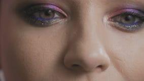 Macro dichte omhooggaand van de lippen en de ogen van de vrouw Het gezicht van het sensuele wijfje in langzaam-mo stock video