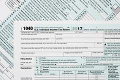 Macro dichte omhooggaand van IRS van 2017 vorm 1040 Stock Foto's