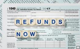 Macro dichte omhooggaand van IRS van 2017 vorm 1040 met TERUGBETALINGENnow brieven Stock Foto's