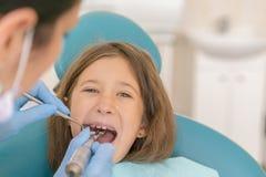 Macro dichte omhooggaand van jong kind met open mond bij de controle van tandartsTeeth bij dentist& x27; s bureau Tandarts die me stock foto's