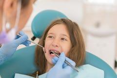 Macro dichte omhooggaand van jong kind met open mond bij de controle van tandartsTeeth op het kantoor van de tandarts Tandarts di royalty-vrije stock foto