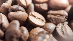 Macro disparado wriling lentamente o ângulo alto aromático de feijões de café do frescor da rotação filme