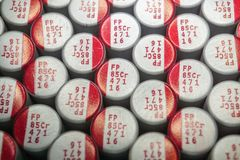 Macro do close-up dos componentes alinhados próximos da eletrônica do hardware das comunicações dos capacitores eletrolíticos do  imagem de stock