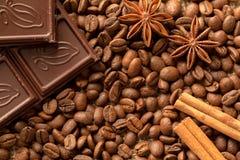 Macro dos ingredientes de Brown: estrela do anis, varas de canela e feijões de café Vista superior imagem de stock