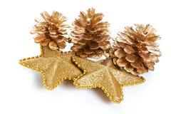 Macro dourado dos cones e das estrelas do pinho isolado Fotos de Stock