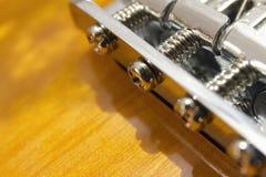 Macro eléctrica del primer del puente de la guitarra del resplandor solar Fotos de archivo libres de regalías