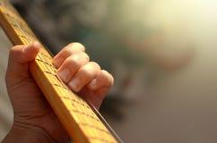 Macro estratto della chitarra elettrica, mano che gioca chitarra Fotografia Stock Libera da Diritti
